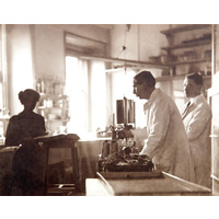 Victor Horsley with colleagues in laboratory